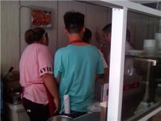 陕西汉中小王夫妻俩练习拌菜手法