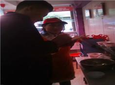 江苏徐州小李跟在店长交流凉拌菜味型